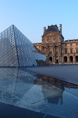 Morning walk past the Lourve & it's pyramid