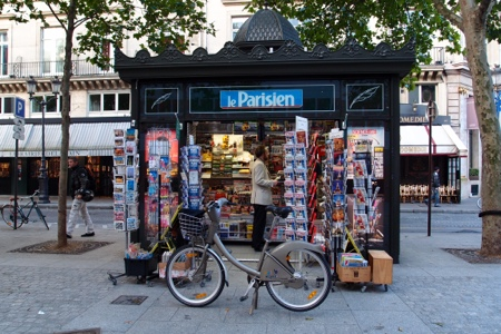 La Parisian newspaper stand